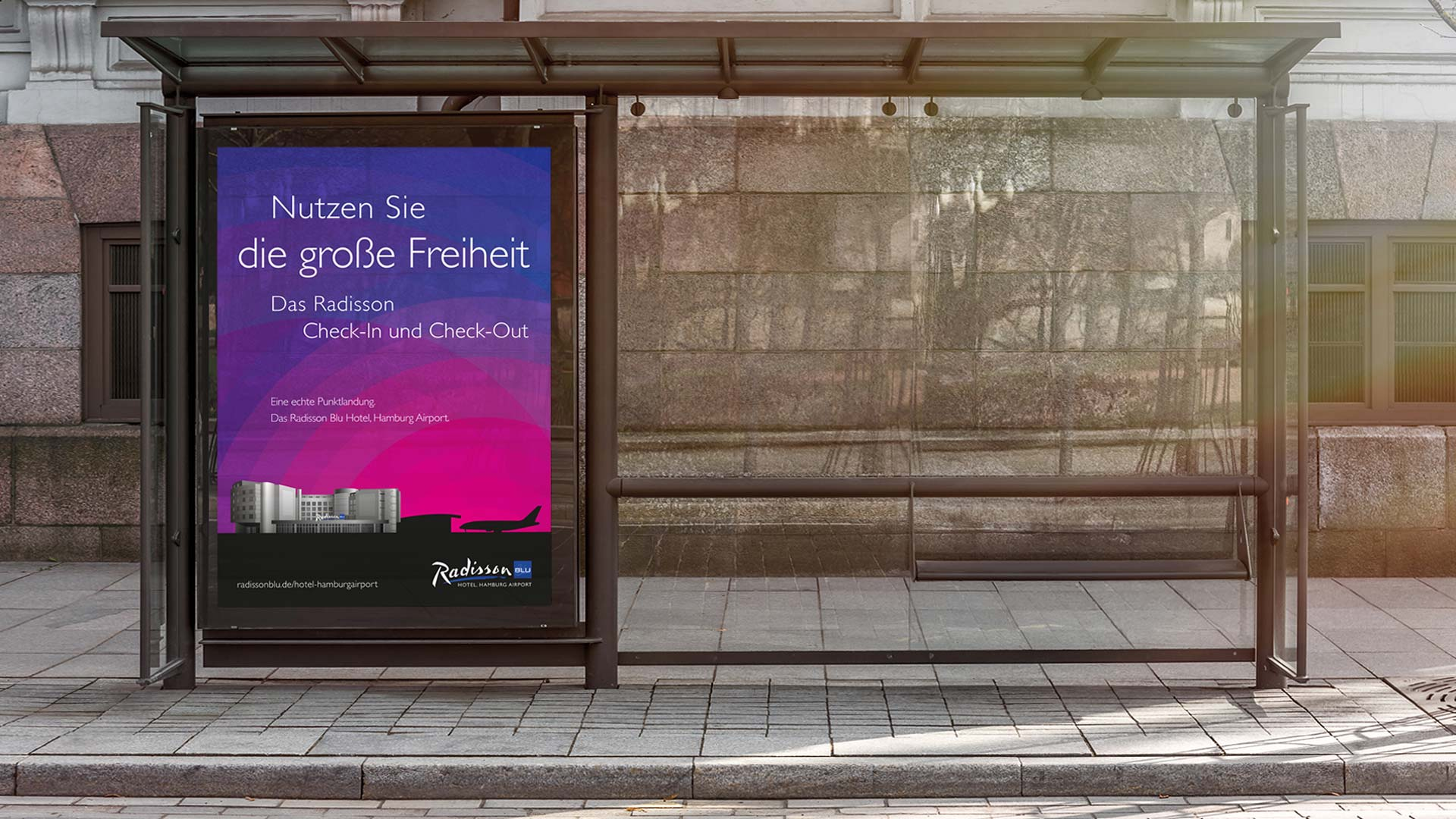 Außenwerbung für das Radisson Blu Hamburg